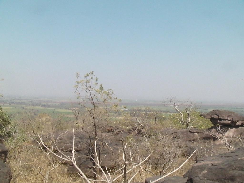 丘陵から見渡すボーパールの平野、右側には亀のカタチをした岩も