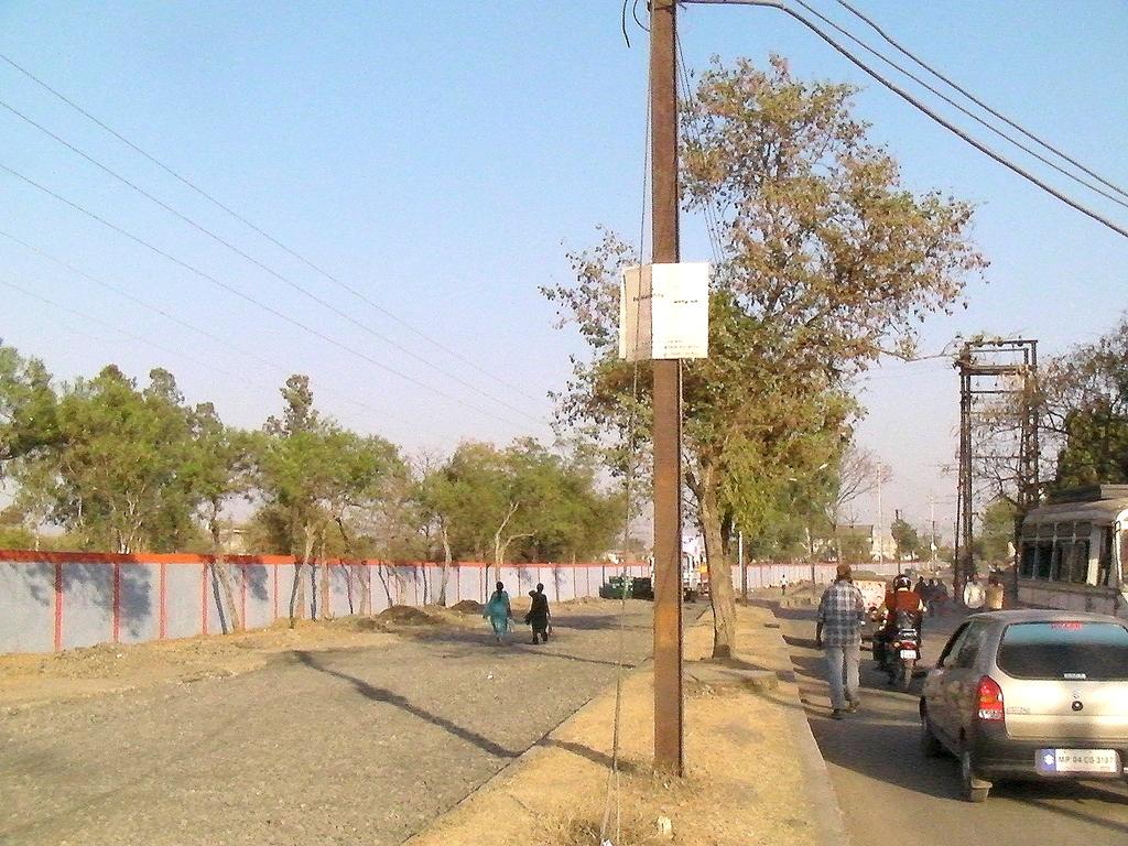 塀は延々と続く 恐らく周囲何kmかに及ぶ広い敷地だ