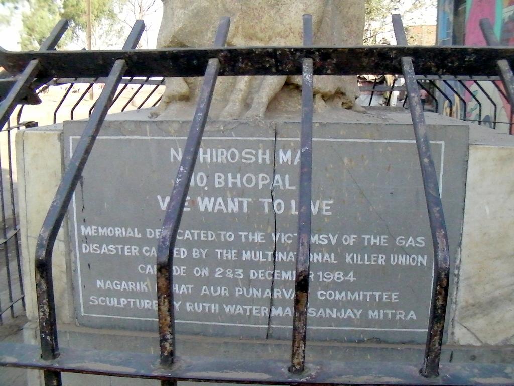 慰霊碑の下にはなぜかNO HIROSHIMAの文言があった
