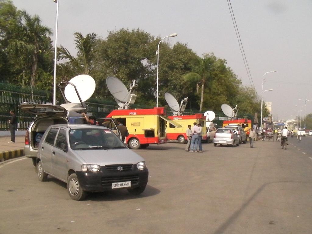 選挙結果公表を明日に控え、中継車が並ぶ