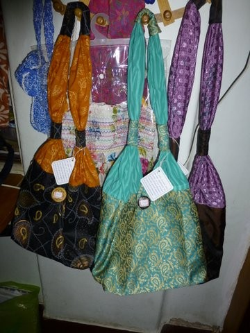 事務所にはハンドメイドのバッグなどが並べられている