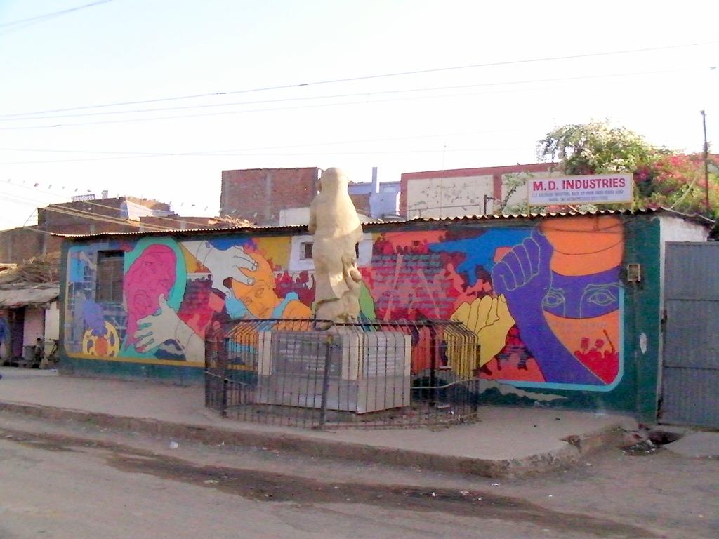 道路の反対側にある慰霊碑 壁にも工場災害を表現するペイントが施されている
