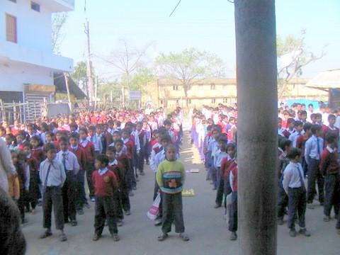クシナガラパブリック小学校の朝礼の様子。画面が切れているが左3列が女子、残りはすべて男子だった。