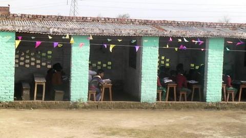 マルティバンディ小学校の校庭にある教室。このようにトタン板をレンガで押さえた簡単なものが多い。