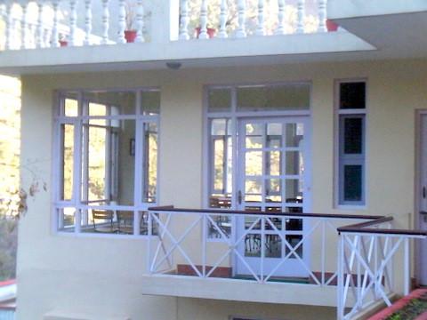 ウッタルカーシーで見た3面が窓に囲まれた宿の食堂