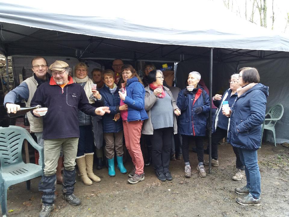 Belle journée pour la randonnée cidre de dimanche 17 novembre 12 personnes ravies et toujours le même bon accueil chez Sylvain et Françoise Clément producteurs de cidre au Lorey