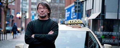 Boris Wefer ist seit zehn Jahren Taxi-Fahrer. Er wehrt sich gegen die Zwangsschulung, die ihm der Taxi-Ruf auferlegt hat und will den nächsten Termin verstreichen lassen. Foto: Christina Kuhaupt