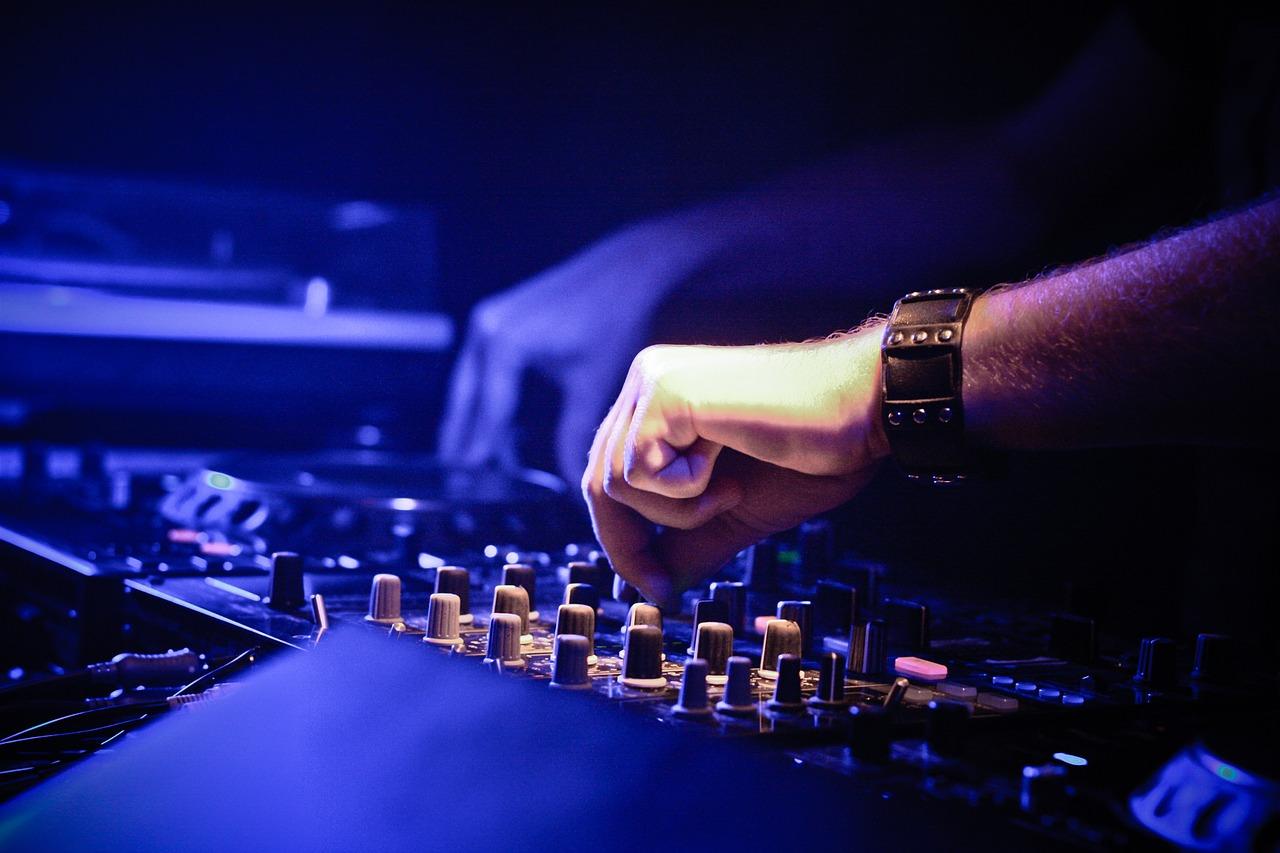 Engager un DJ professionnel pour vos soirées entre amis