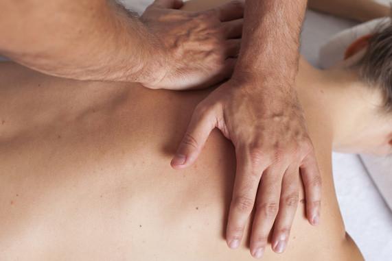 Der Orthopäde Dr. Steven Moayad bietet in seiner Ordination in Wien die Manuelle Therapie an.