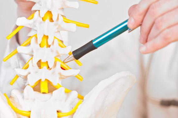 Der Orthopäde Dr. Steven Moayad bietet in seiner Ordination in Wien die CT-Schmerztherapie an.
