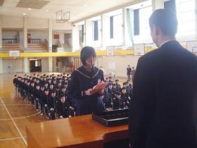 金津中学校同窓会入会式の記念品授与