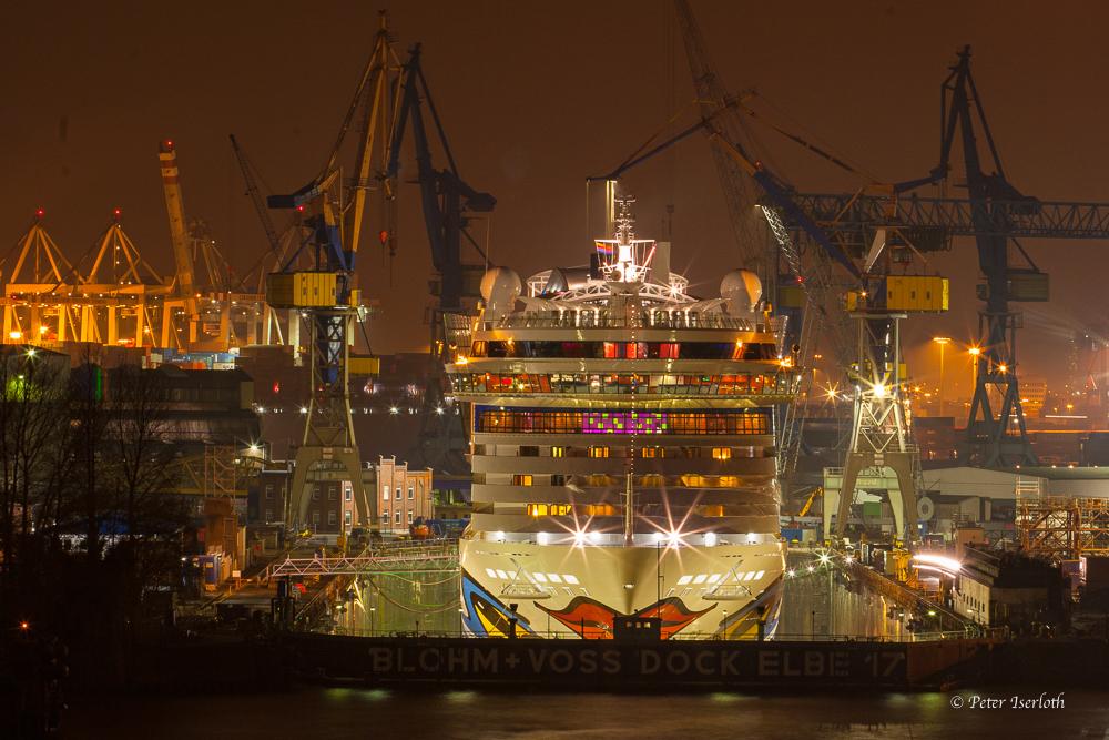 AIDAluna küsst die Elbe, Dock Elbe 17, Hafen Hamburg, Deutschland