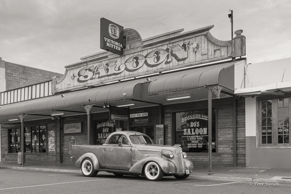 Oldtimer vor einem Saloon in Alice Springs, Australien