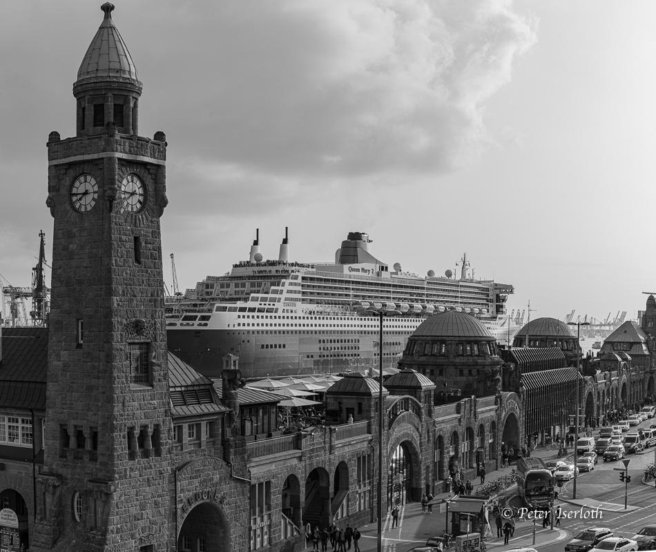Queen Mary 2 passiert die Landungsbrücken Hamburg, Deutschland