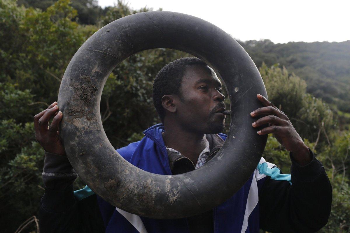 Ibrahim, de Camerún, infla un flotador hecho a mano en su escondite en las montañas alrededor de Ceuta (2014). Juan Medina/Reuters