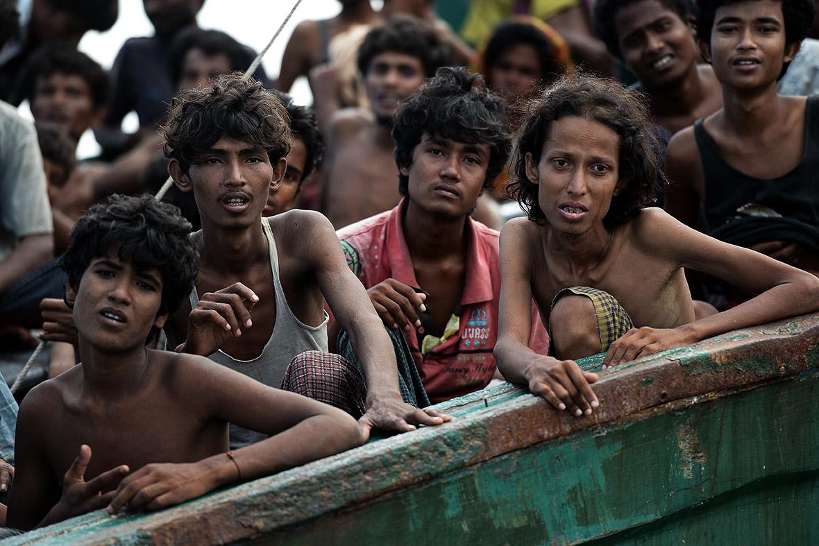 Migrantes rohingya en un barco a la deriva en aguas de Tailandia (2015). Christophe Archambault/AFP