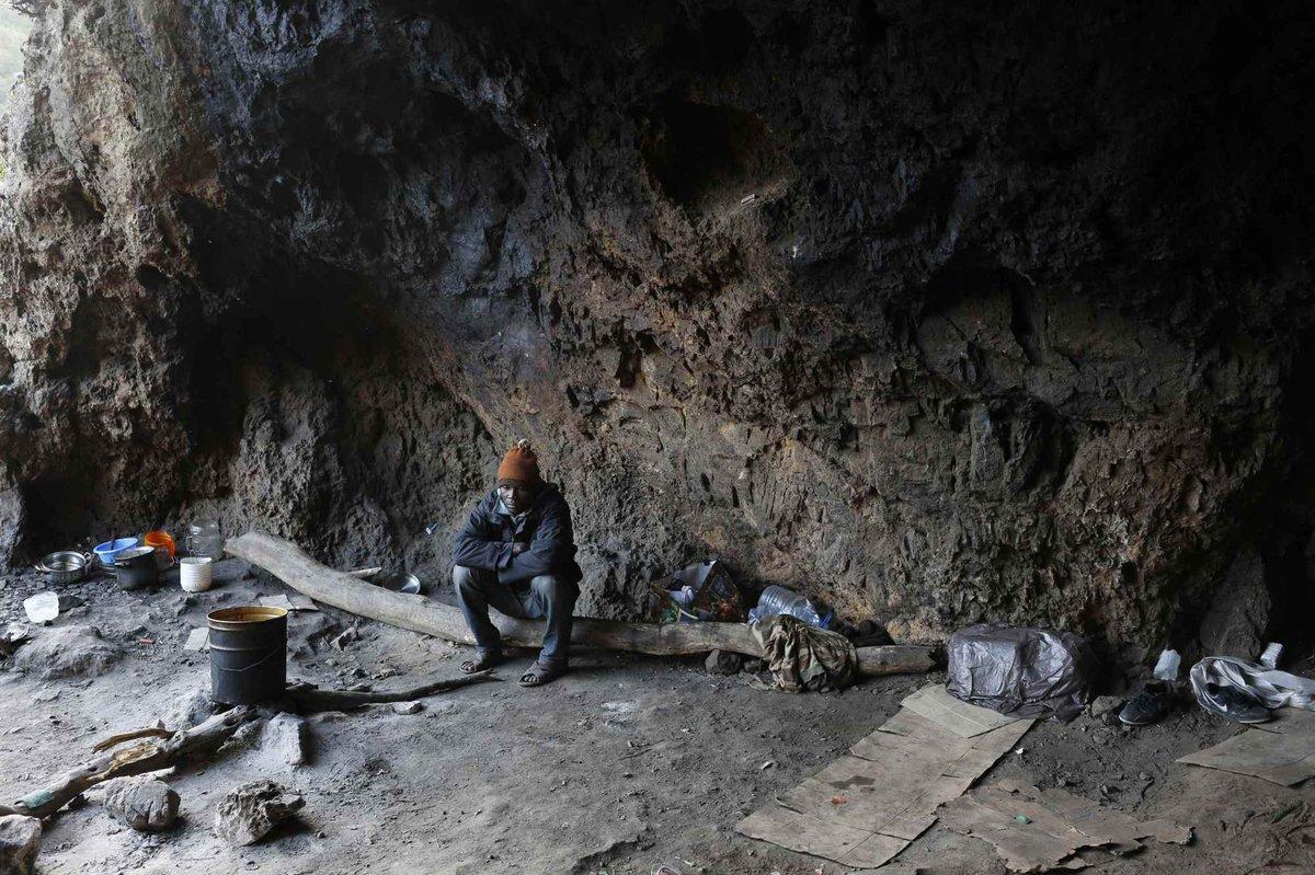 El camerunés Ali, sentado en su escondite en las montañas de Ceuta (2014). Juan Medina/Reuters