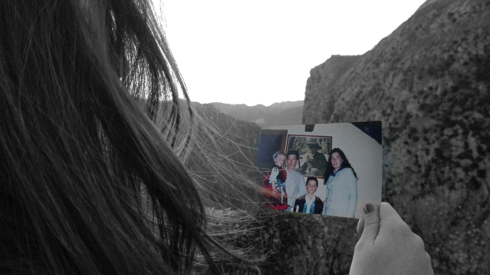 Esta foto que tengo en la mano simboliza el amor de mis padres y de mi hermano y el orgullo que siento por mi abuelo.