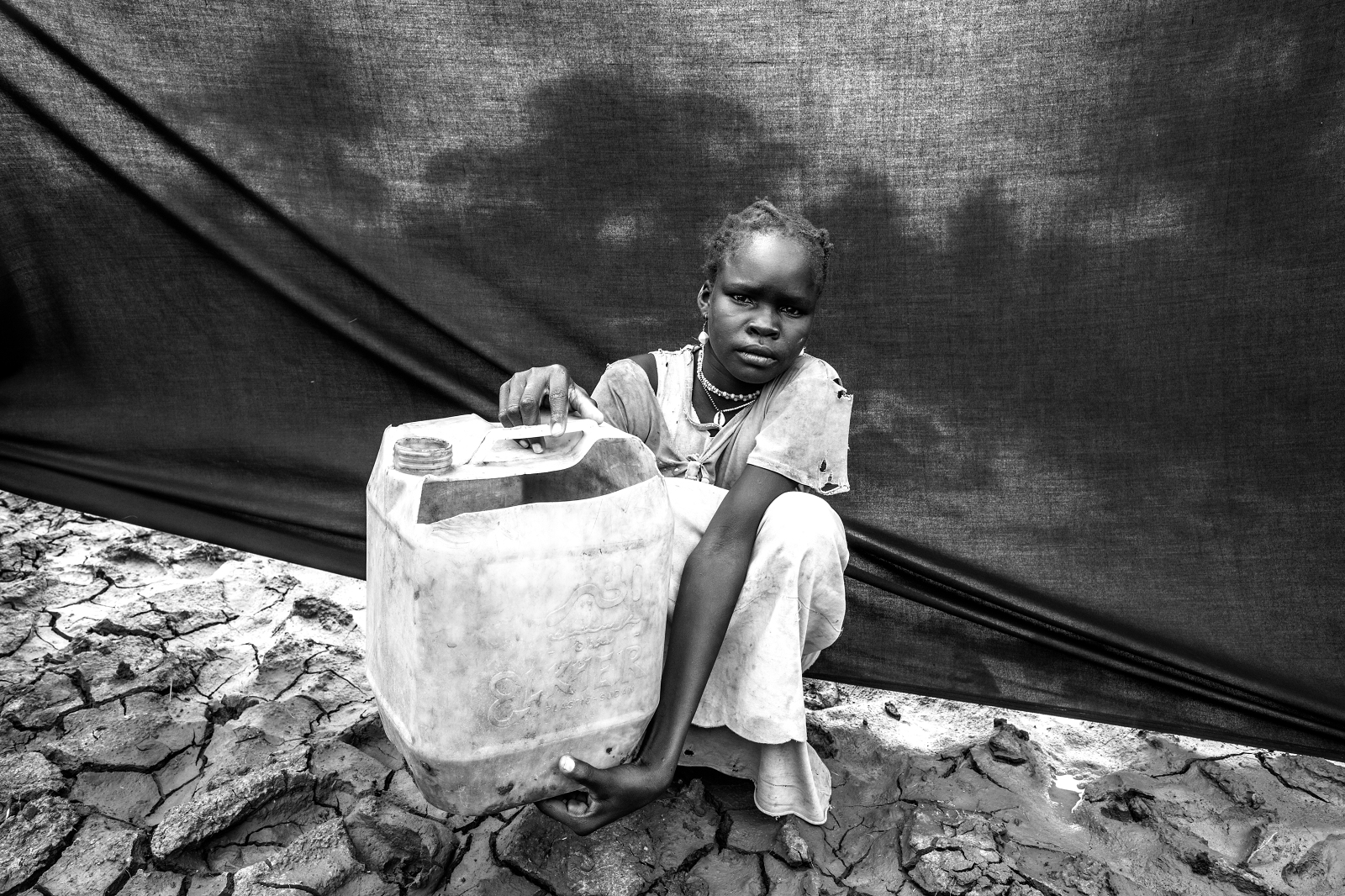 Cuando los soldados invadieron el pueblo de María (Makaja, estado sudanés del Nilo Azul), ella y su familia partieron hacia la frontera de Sudán del Sur. El objeto más importante que trajo consigo fue una garrafa de agua.. Brian Sokol/ACNUR