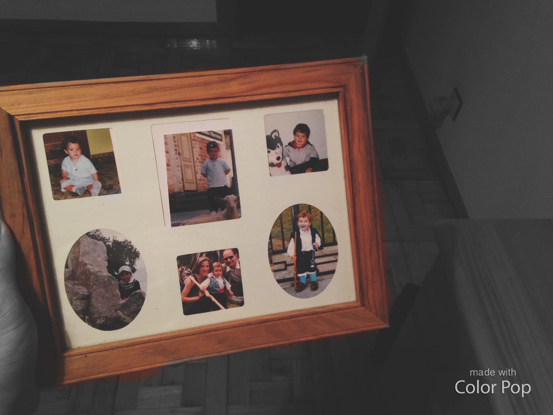El pilar principal de este cuadro es la foto en la que estoy con mis padres. Si tuviera que irme les echaría muchísimo de menos y rondarían a todas horas por mi cabeza junto con mi hermana.