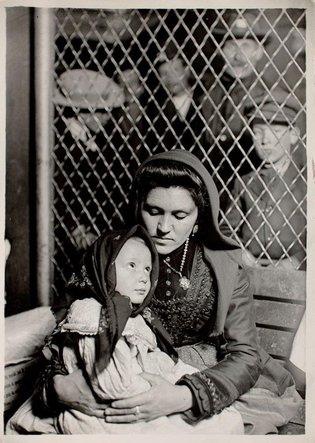 Italian Madonna. Ellis Island (1905). L. Hine
