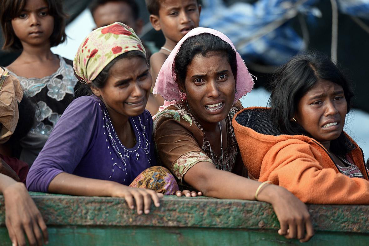 Varias mujeres rohingya en un barco a la deriva en aguas tailandesas (2015). Christophe Archambault/AFP