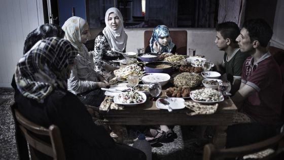 Una familia de refugiados sirios procedentes de Alepo vive en el apartamento de un familiar en Estambul. Son 18 personas viviendo en un apartamento de 60 metros cuadrados (2015). Susana Girón/El País