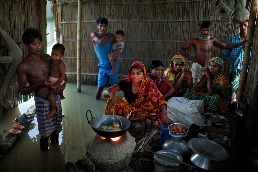 La familia Uddin se está planteando, por segunda vez en un año, desmantelar su casa y trasladarse a un lugar más seguro. Distrito Kurigram (2010). Jonas Bendiksen/Magnum Photos