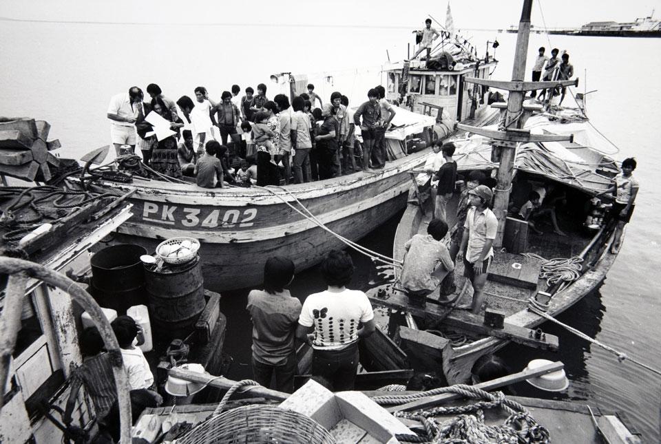Primer barco de refugiados vietnamitas embarcando en el puerto de Darwin, Australia (1977). Michael Jensen/ANMM Collection