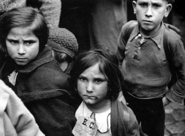 Campamento en North Stoneham. Niños en fila para comer. Gran Bretaña (1937).  CEGES-SOMA