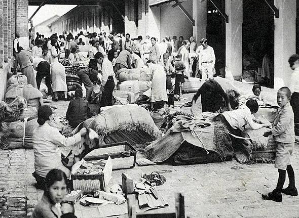 Cerca de 190.000 inmigrantes japoneses desembarcando en un puerto brasileño (1941)