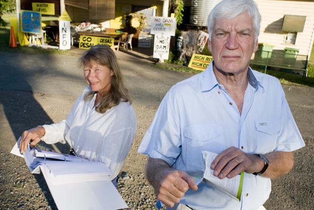 """El proyecto de la presa Traveston, Australia. Glenda Pickersgill y Kevin Ingersole, activistas en contra de la presa, delante de la sede del grupo """"Salvemos el Río Mary"""". Aarón Burton"""