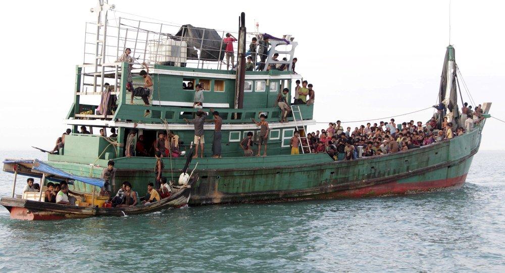 Una embarcación con 400 inmigrantes bangladesíes y rohingyas en la costa del sur de Tailandia (2015). Christophe Archambault/AFP