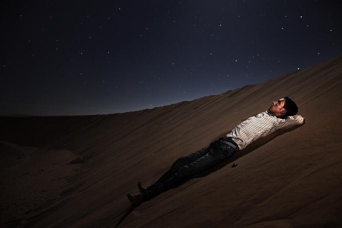 Brahim Mohamed Fadin en las dunas de arena cerca del campo de refugiados de Smara, Argelia (2009). Andrew McConell/Médicos del Mundo