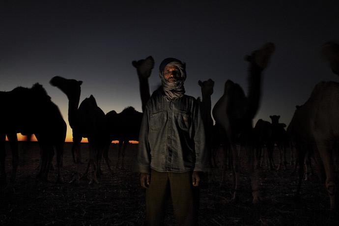 Lahbieb Embarek Ahmed en el desierto cerca de los campamentos de refugiados saharauis, Argelia (2009). Andrew McConell/Médicos del Mundo