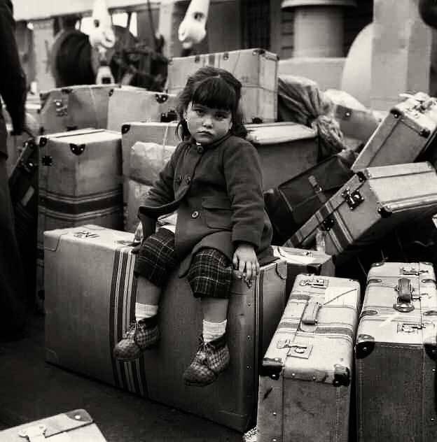 Niña sobre maletas esperando a su madre (1963). Puerto de A Coruña