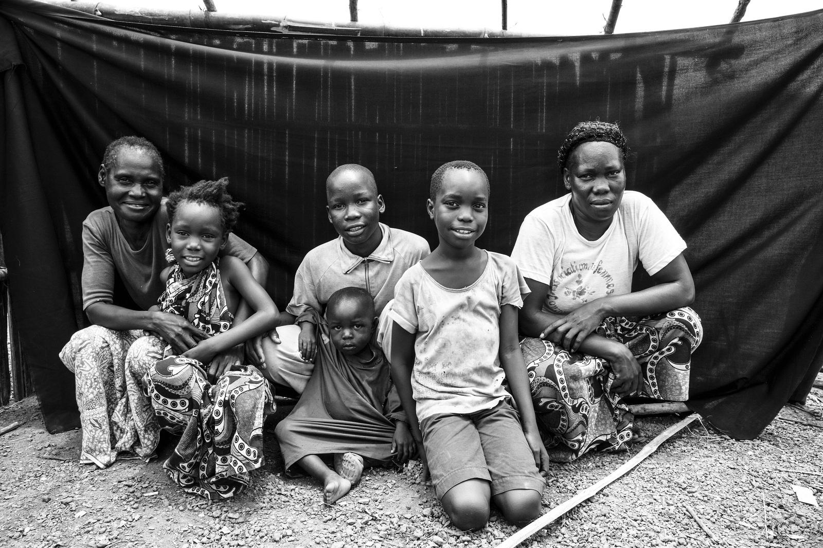 Bonheur, de Moungoumba (República Centroafricana), en el campamento de refugiados de Boyabo con su familia, lo más importante que conserva junto a su propia vida. Brian Sokol/ACNUR