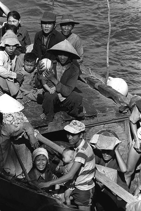 Refugiados vietnamitas rescatados de un barco de pesca en el noreste de la bahía de Cam Ranh, Vietnam (1982). PH2 Phil Eggman