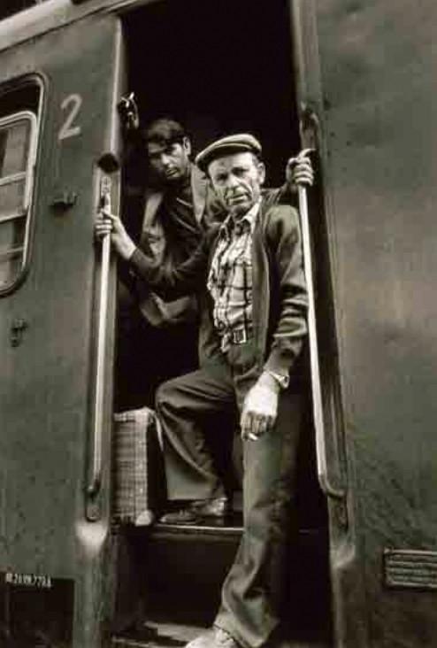 Vendimiadores murcianos en el tren que les conduce a las viñas de Beziers (1977)