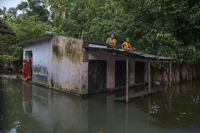 Una familia atrapada por el agua de la inundación en Tala (2012). Probal Rashid