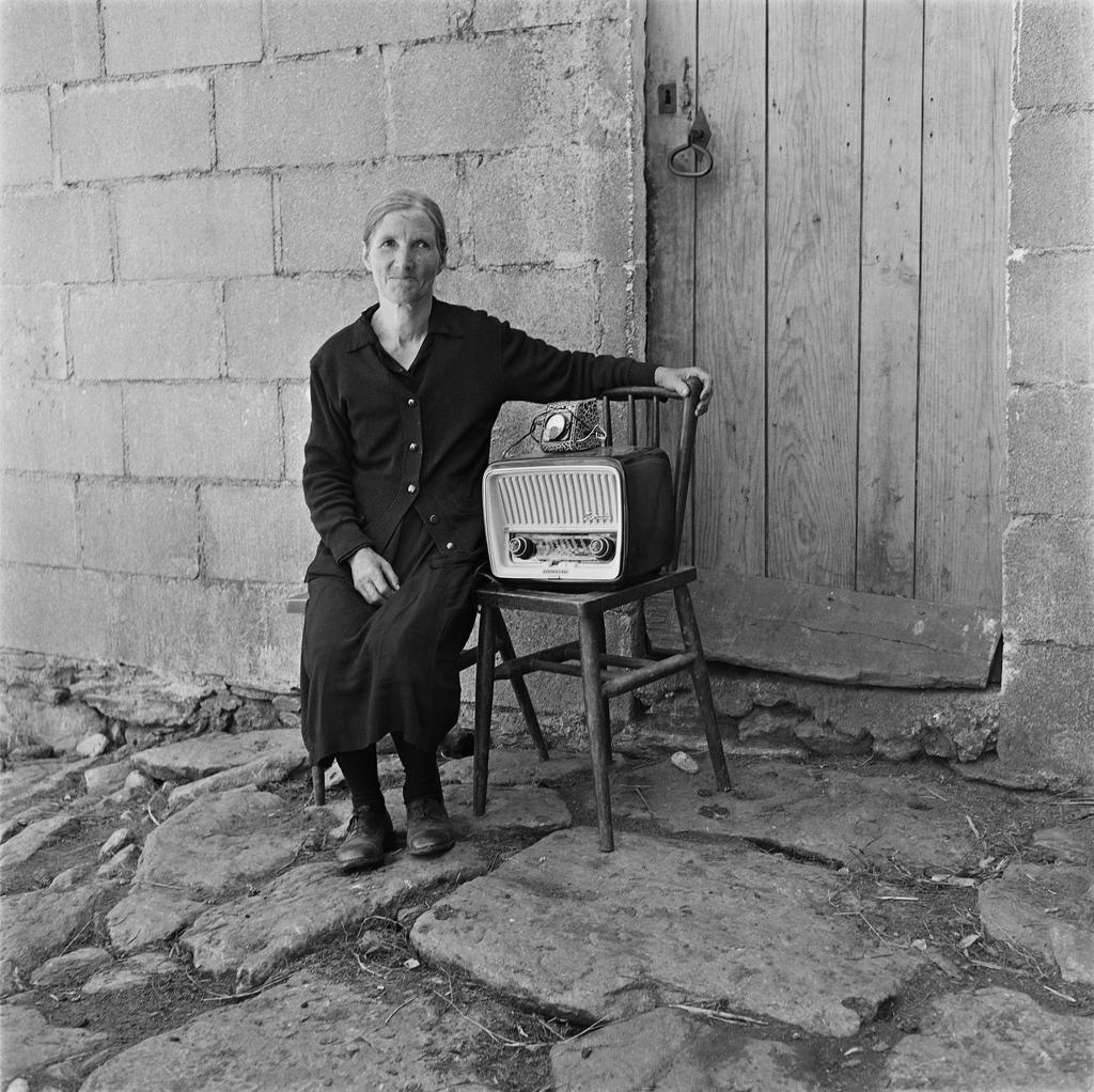 Dorotea de Cará junto a la radio comprada con el dinero enviado por su hijo desde Venezuela, Soutelo de Montes (1960-1961)