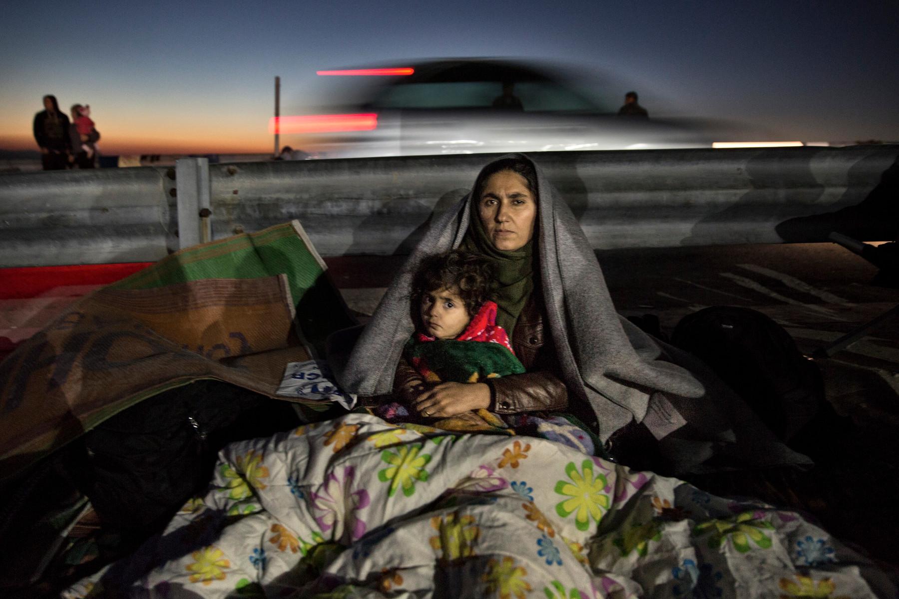 Una madre iraquí con su hija en el campamento de transición Oxy. Lesbos (2015). Paula Bronstein/Getty Images