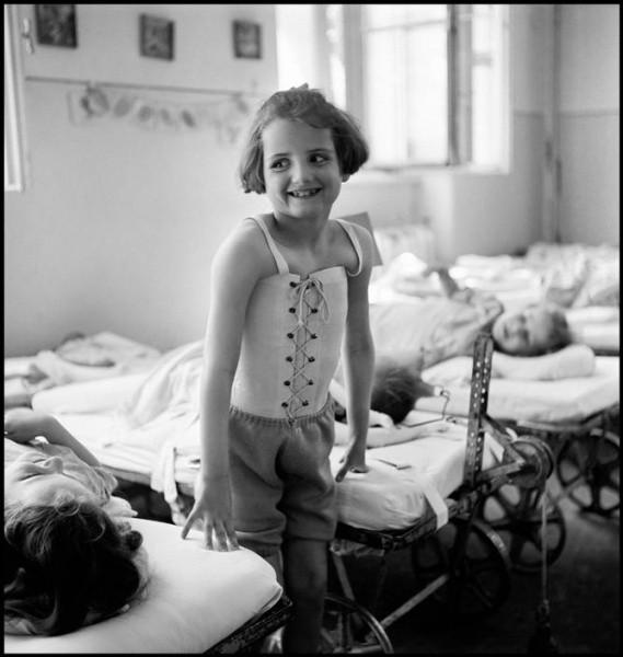 Niña con tuberculosis en el Bellevue Hospital. Viena (1948). David Seymour/Magnum Photos