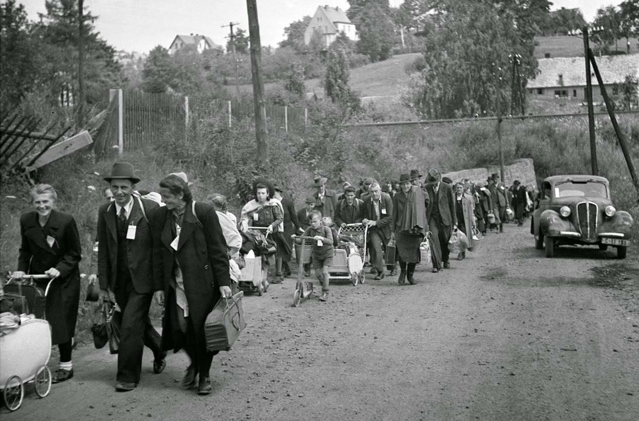 Alemanes étnicos caminan hacia a la estación de tren de Liberec, antigua Checoslovaquia, para ser llevados a Alemania (1946)