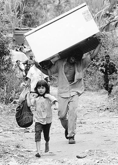 Desplazamiento tras la masacre de las FARC en la vereda la Tupiada en San Carlos, Antioquía (2003). Jesús Abad/CNMH