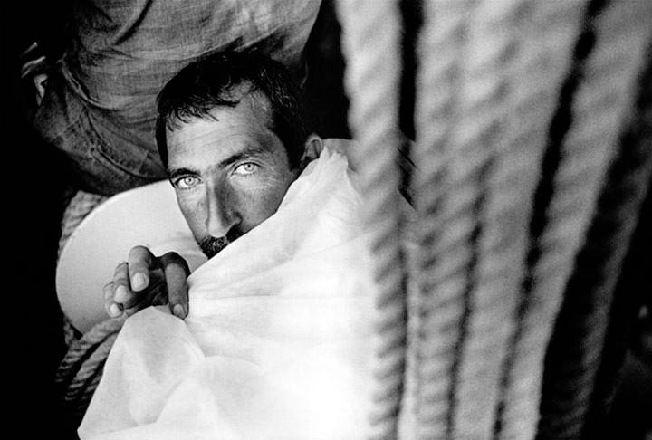 Inmigrantes kurdos trasladados a tierra por la policía fronteriza italiana tras ser interceptados en alta mar a bordo de un barco. Lampedusa, Italia. Matías Costa