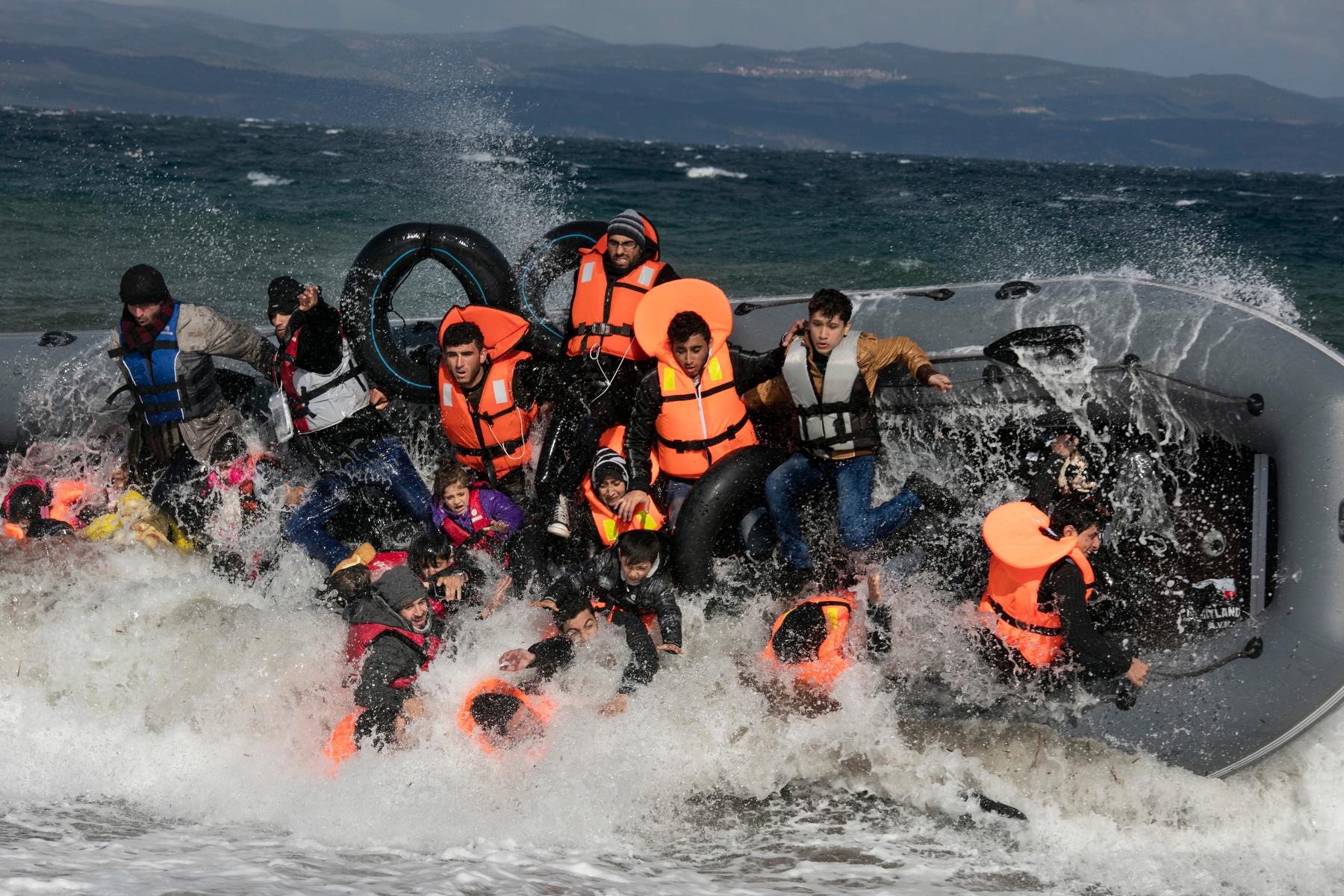 Refugiados se caen de una balsa al llegar a Lesbos (2015). Paula Bronstein/Getty Images