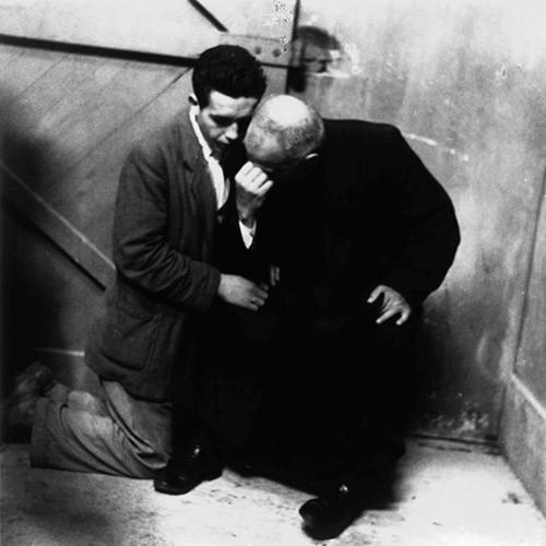 Emigrante confensándose antes de partir para América (1957). A Coruña