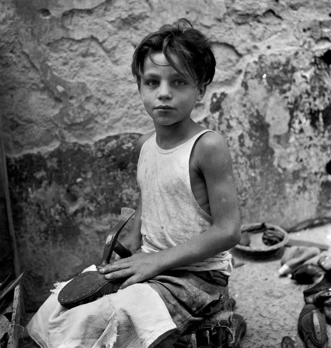 Niño aprendiz en un taller de zapateros. Nápoles (1948). David Seymour/Magnum Photos