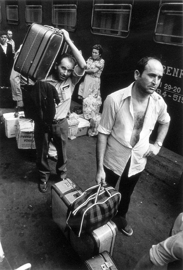Vendimiadores murcianos en la estación de tren de Figueres (1976)